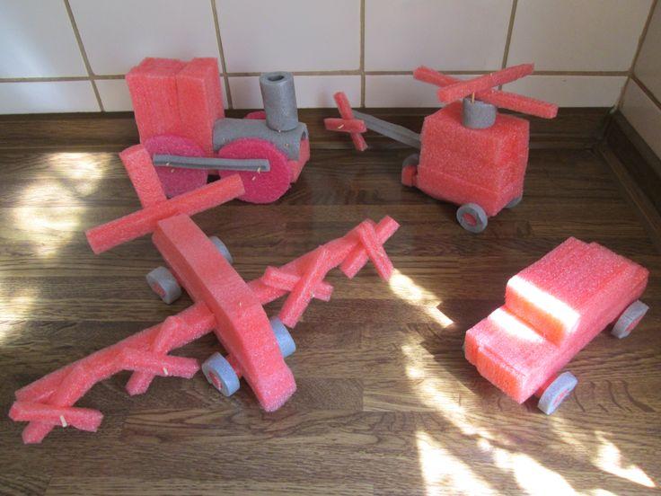 Vervoermiddelen gemaakt van verpakkingsmateriaal en isolatiebuis. Aan elkaar vastgemaakt met tandenstokers. Nutsschool Maastricht