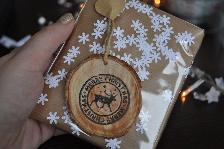 Kerstcadeaus inpakken met bruin papier & doorzichtige folie