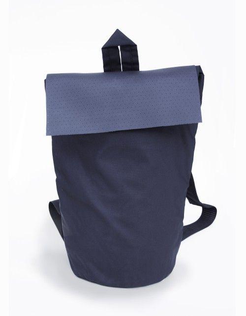 Minimalistyczny plecak wykonany z kombinacji grubego impregnowanego poliestru i gumowej perforowanej ekoskóry. Ramiona regulowane, dodatkowo wzmocnione dla wygody użytkowania przy większym obciążeniu. Wodoodporny. Z tyłu dwie poręczne kieszenie na drobiazgi