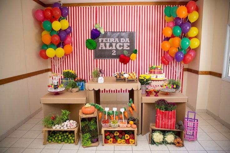 Festa com um tema super educativo: feira! Ótima oportunidade para ensinar sobre legumes, verduras e frutas às crianças.