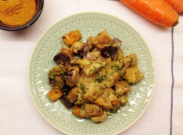 Un curry di verdure ideale per una cena leggera. Il latte di cocco e un delicato mix di spezie rendono questo piatto sostanzioso e saporito. LowFODMAP, vegan e paleo!