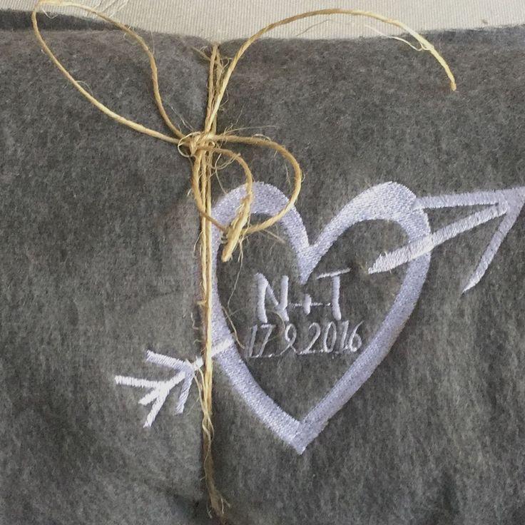 Las mantas personalizadas son detalles tan originales que marcan la diferencia y nadie quedará indiferente. Son perfectas para las bodas al aire libre o en épocas frías del año.  Se personalizan con las iniciales de los novios y la fecha del enlace.  Tamaño: 130x170 cm.  Pedido mínimo 5 unidades.