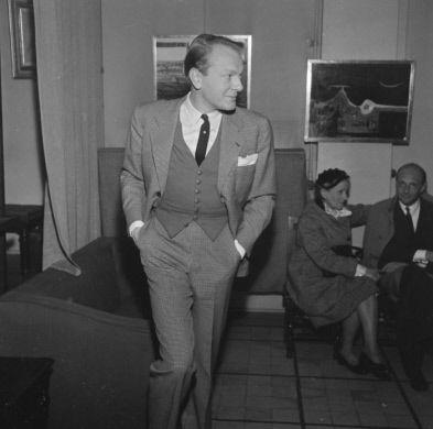 Tom Keogh (1922-1960), peintre américain, à l'exposition Oscar Manuel Dominguez (1906-1958), peintre espagnol. Paris, galerie Drouant, juin 1954.