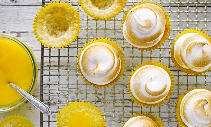 Tillhör du skaran som bara älskar citronmarängpaj? Då måste du testa dessa underbara skapelser. Saftiga citron- och vaniljcupcakes fyllda med citronkräm o