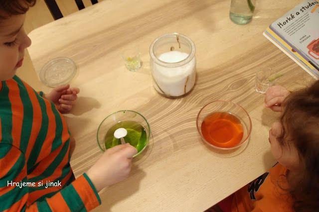 DOMÁCÍ POKUSY S LEDEM, SNĚHEM A VODU | Hrajeme si jinak - studená a teplá voda, cukr