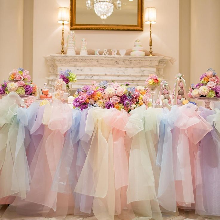 #結婚式レポ !!! #pastelrainbow #パステルレインボー をテーマにしたのと、チュールが好きだから、高砂はレインボーチュールを特注しました(∩´∀`∩) 普段は白1色、ピンク1色しかなくて、ブルー1色だったらできますよ〜って言われたんだけど、レインボーにできないですか?と無理を言い(笑) 高砂はマカロンタワーとか、フランスのラデュレとか絵子猫さんっぽくできないですか?とお願いしました❤