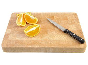 Een goede kok kan niet zonder snijplank. Dit houten exemplaar is niet alleen handig door zijn dikte, maar ook erg mooi. Ideaal voor het snijden van vlees, groente, fruit of andere etenswaren.
