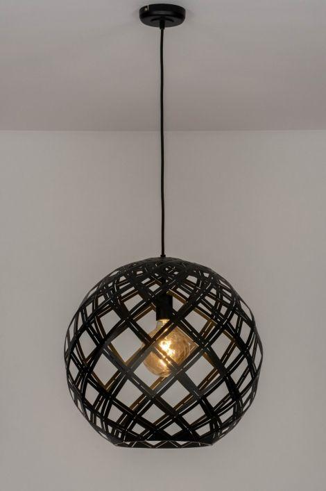 Bekend art 12587 Deze hanglamp heeft een opengewerkt armatuur en is SF23