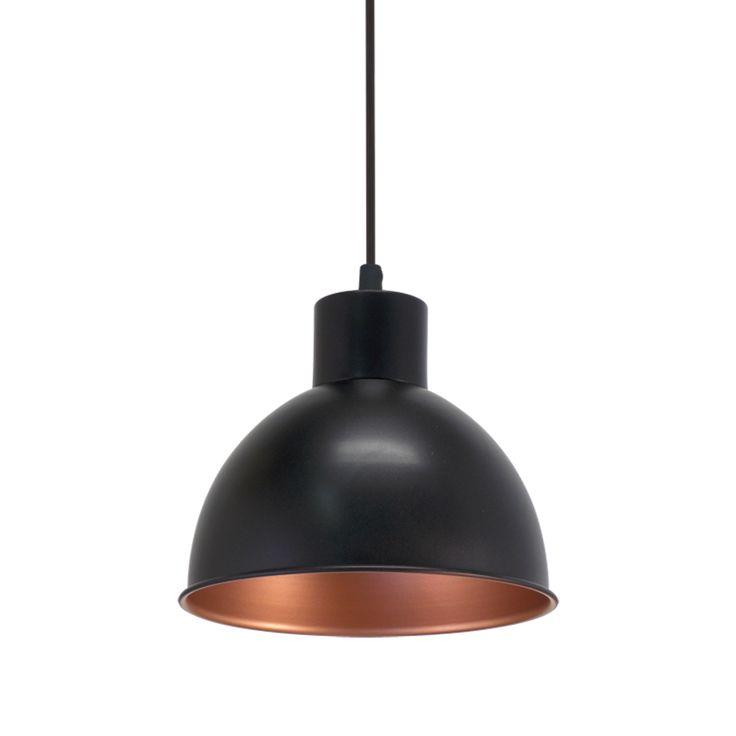 Lámpara de techo de aire industrial, fabricada en acero lacado mate negro. Una pieza perfecta para ambientes industriales pero también para espacios de inspiración rústica y vintage.  Su tulipa es cobre en el interior, dando una refracción de luz intima y acogedora.   Tiene una altura total de 110cm y un diámetro de 21cm.