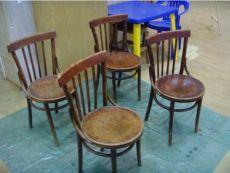 Переделка старых стульев... Разбираем стул на запчасти как конструктор! Разбираем стул назапчасти как конструктор Удобнее каждую зап. часть стула поотдельности очищать отстарого лака Снимаем старый лак ишлифуем поверхность Выявляем дефекты Устраняем дефекты Даем высохнуть после склейки Собираем...