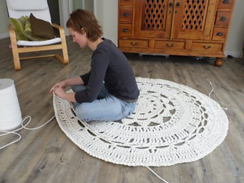via Simply Notable DIY a Giant Doily Rug using 10 mm upholstery piping and a large crochet hook