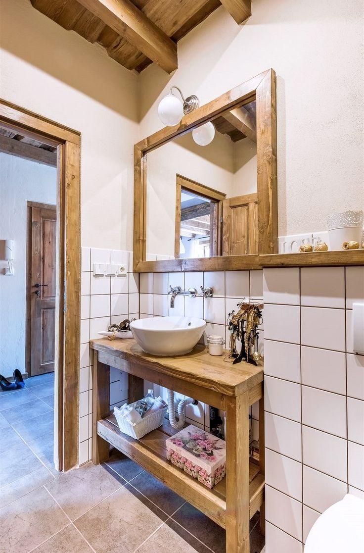 Koupelna je vybavená umyvadlovou skříňkou, toaletou a sprchovým koutem. Nábytek pochází opět z majitelovy dílny.