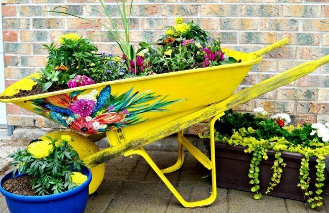 Kreative-Gartenideen-Schubkarre-bepflanzen-bemalen-Ideen