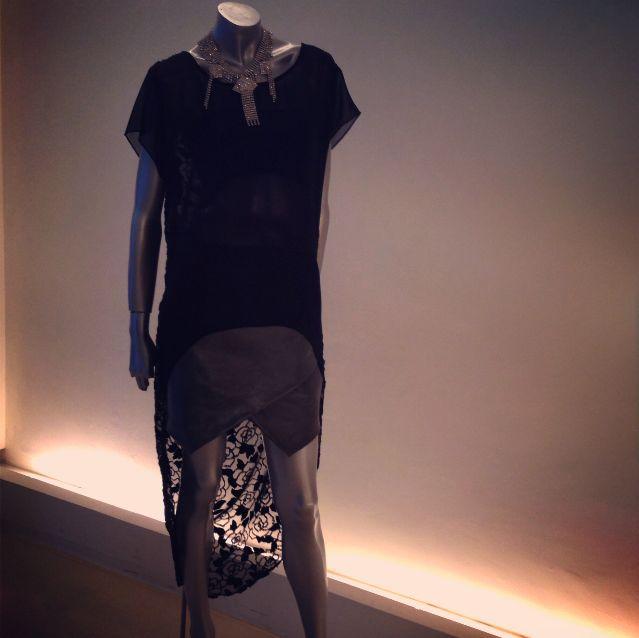 Falda de piel cruzada en color gris. Blusón en mesh de seda y transparencia en la espalda. Gargantilla: Libertine & Muse, de venta en Alana Savoir HCD
