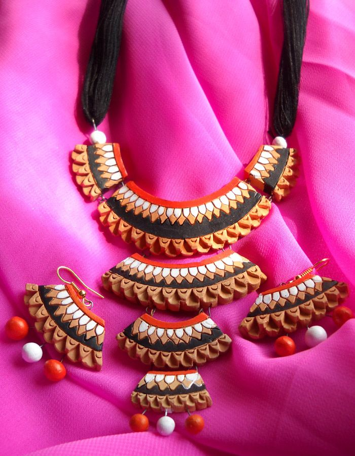 The orange tint, the earthen allure, the rustic appeal and its simplicity, this pretty terracotta ensemble is sure to add some mystique to you.