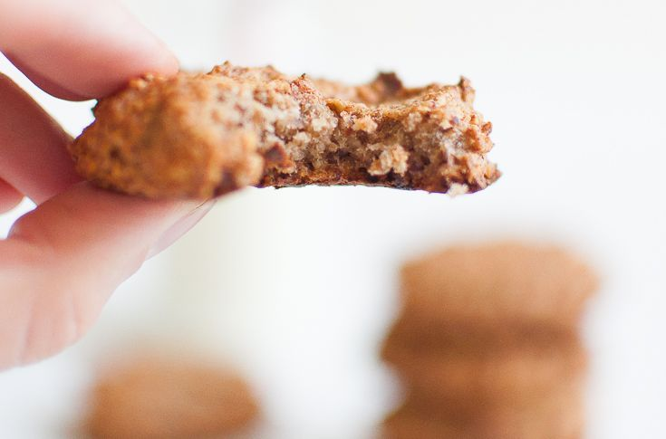 Suolakaramellikeksit, eli paksut cookiesit, sulavat suussa. Vegaaniset ja gluteenittomat keksit leivotaan ilman lisättyä sokeria.