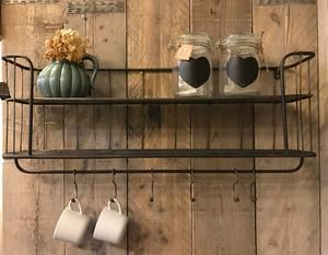 Industriële bakkersrek / wandrek met  stang en 6 verschuifbare haken. Dit rek is voorzien van een legplank en een rooster wat een mooi effect geeft aan het rek. Het wandrek  plaats je  gemakkelijk in de keuken, woon- of werkkamer, of als extraatje voor op de slaapkamer. Dit Wandrek is een mooie decoratie voor in je huis en zijn voor meerdere doeleinden bruikbaar.  Past heel goed in een sober en stoer maar zeker ook modern interieur.  80 x 37 x 17