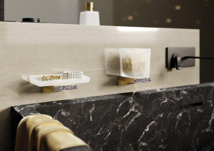 Pro ty, kteří chtějí ve své koupelně něco exkluzivního, nabízíme sérii koupelnových doplňků SOUL CRYSTAL. Luxusní design doplňuje mimořádná kvalita zpracování. Jsou vyrobené pouze z prvotřídních materiálů, sklo je ručně foukané, jejich povrch je zdoben krystaly SWAROVSKI. Dostupné ve dvou povrchových úpravách - chrom a zlato, které obsahuje 24K zlato.