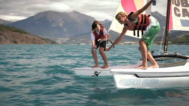 Voile, la mer à la montagne !  Le grand lac de Serre-Ponçon offre d'excellentes conditions d'apprentissage de la voile. De l'optimist en passant par l'hobie cat et le catamaran, toutes les activités de voile sont praticables dans les Hautes-Alpes ! #myhautesalpes