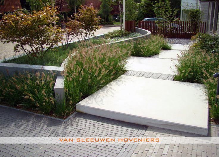 Voortuin, ontwerp & aanleg door Van Sleeuwen Hoveniers - Veghel.   Meer voortuinen treft u op www.vansleeuwenhoveniers.nl.