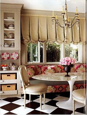 loving this mostly-traditional space with that tulip table