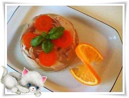 Das perfekte Sülze aus Hähnchenkeule-Rezept mit Bild und einfacher Schritt-für-Schritt-Anleitung: In einem Topf Hähnchenkeule, Gemüse und Gewürze…