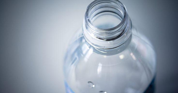 Como tratar garrafas de água para eliminar o gosto de plástico. As garrafas de água muitas vezes liberam um sabor desagradável de plástico ou mofo à água. Isso pode às vezes, mas não sempre, ser evitado limpando a garrafa com água e sabão após cada uso e garantir que seque completamente antes de tampá-la. No entanto, quando isso não ajuda, há outra solução, que envolve alguns produtos comuns de casa.
