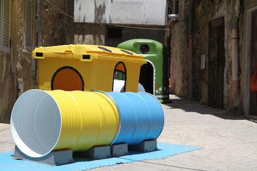 low cost park: parco giochi con bidoni della spazzatura