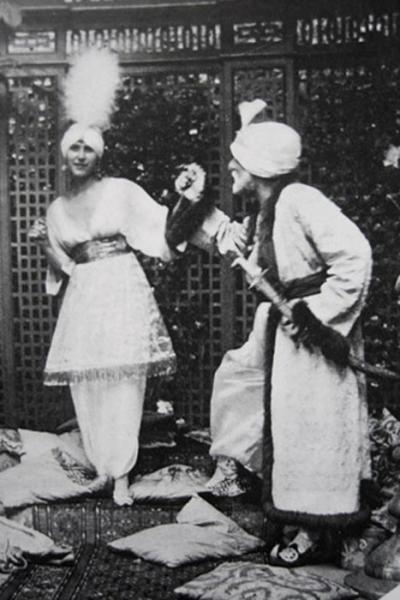 """trang phục của paul poiret thiết kế trong vở diễn """"Thousand and Second Night """" Ảnh hưởng từ nền văn hóa phương Đông với phong cách trang phục Ba Tư ông đã thiết kế ra """"lampshade"""" tunic,""""Harem"""" trousers và Kimono sleeves"""