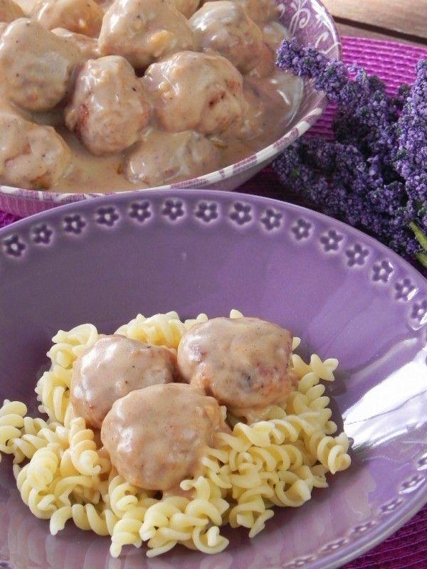 Albóndigas suecas caseras (como las de IKEA) 250 gs. de cerdo picado 1 huevo 1 cebolla 1 diente de ajo 1 manzana 4 cucharadas de queso parmesano rallado 1 cucharada de concentrado de tomate 1 cucharada de salsa Worcestershire 1 cucharada de miel 4 rebanadas de pan de molde sal, pimienta y perejil harina para rebozarlas