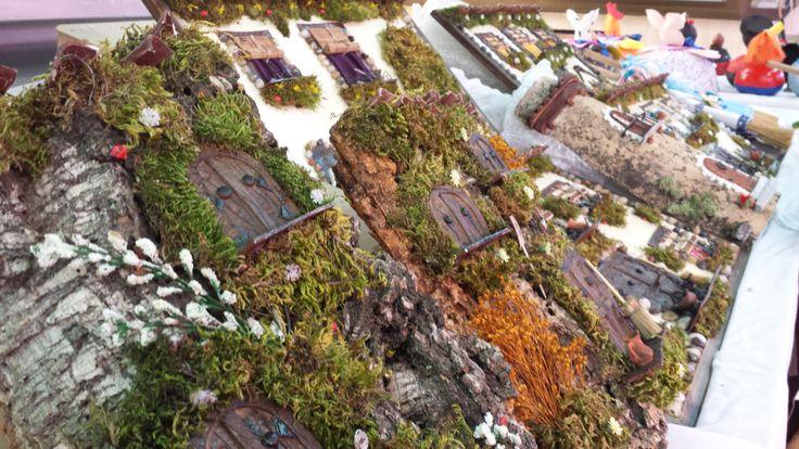 Una teja o la corteza de un árbol sireve para decorar y crear estas casas de cuento. Esto y mucho más. La Feria de Artesanía se albergará en el Mercado en los meses de Octubre, Noviembre y Diciembre con artesanos de toda la Comunidad de Madrid