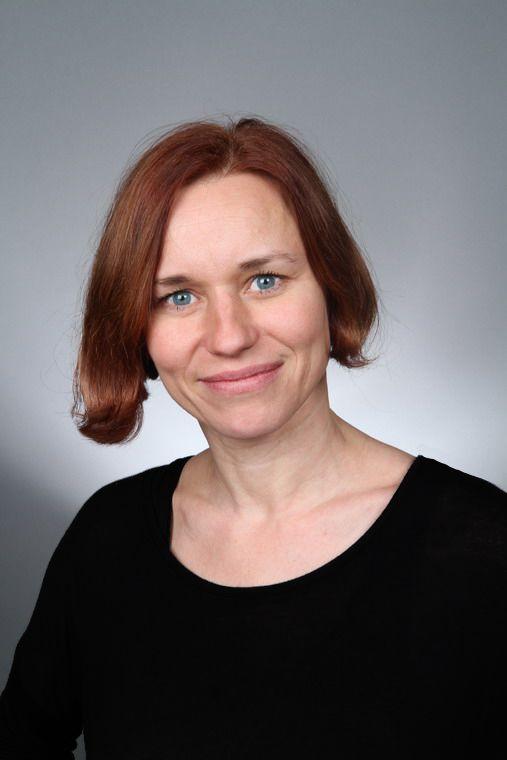 Zita Morávková  - loutkohrečka,  vodí i mluví a zpívá řadu rolí,  v alternaci vodí hlavně pejska Žeryka