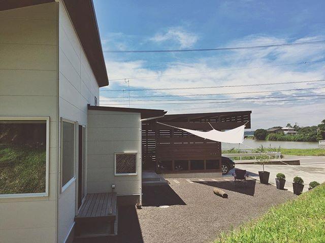 Instagram media by ryotaya - 2016.07.02. 「タープ初心者」 ・ 上司からIKEAのタープ貰ったので付けてみた。 ・ 上司とは「家」についてよく話が盛り上がる。 上司の家も平屋で、かなりこだわりの造り。 薪ストーブまであって羨ましい。 ・ 前に板塀と支柱作ってタープ付ける計画を話したら、 家にストックしてたタープをくれた。 ・ 上司曰く、 タープは消耗品なのでIKEAのタープで充分とのこと。 ・ 南側の塀の工事はまだなので、 とりあえず、北側の車庫の柱で。 ・ 布を広げた時はデカいと思ったけど 設置すると影ちっさ!!!! ・ でもシンプルな感じは好きなので👍 ・ #適当ライフ #平屋#平屋暮らし#田舎暮らし#家#マイホーム#庭#車庫#garage#woodengarage #タープ#日除け #くさび型 #IKEA ・ #オリーブたちも移動させたので汗ダラダラな#32歳 ・ #工事計画#板塀をつくる #タープ支柱#支柱は抜き差し可能にしたい