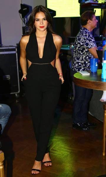 """A atriz Bruna Marquesine sempre surpreende com seu Estilo Moderno e casual. Além das tendência, Bruna aposta na imagem de """"mulherão"""", com looks sensuais e super femininos, ótima inspiração para o final de semana e todos os dias rsrsrs O GUARDA-ROUPA Bruna adora acompanhar as tendências, por isso seus looks são modernos e diferentes, como …"""