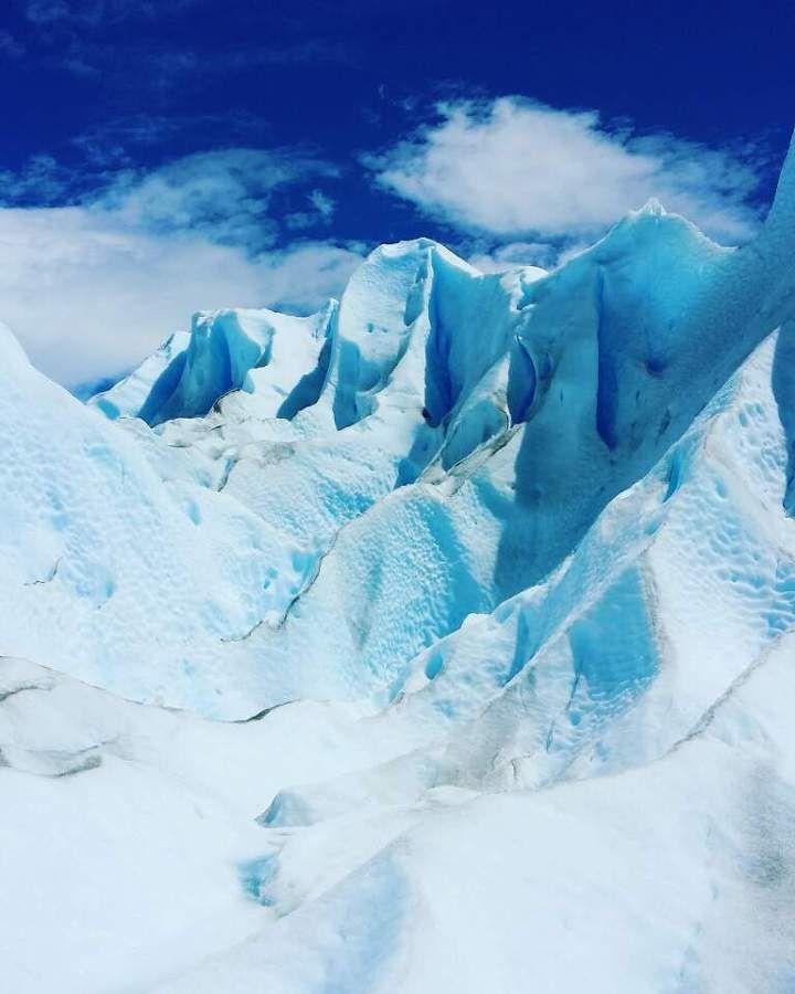 Perito Morenoglacier de Argentina★ | 파타고니아, 푸른 심장의 땅. 서쪽은 칠레, 동쪽은 아르헨티나의 영토. 그렇기에 여행자들은 이 지역을 꽃게처럼 지그재그로 그림을 그리며 여행을 이어나간다. 칠레는 워낙에 길고, 아르헨티나는 무지막지하게 넓으니까.  이 삼각형 모양의 지대에 입성한 후로, 나는 자꾸만 밤 산책을 나간다. 밤 10시여도 해가지지 않는 파타고니아의 여름. '백야'라는 것을 이곳에