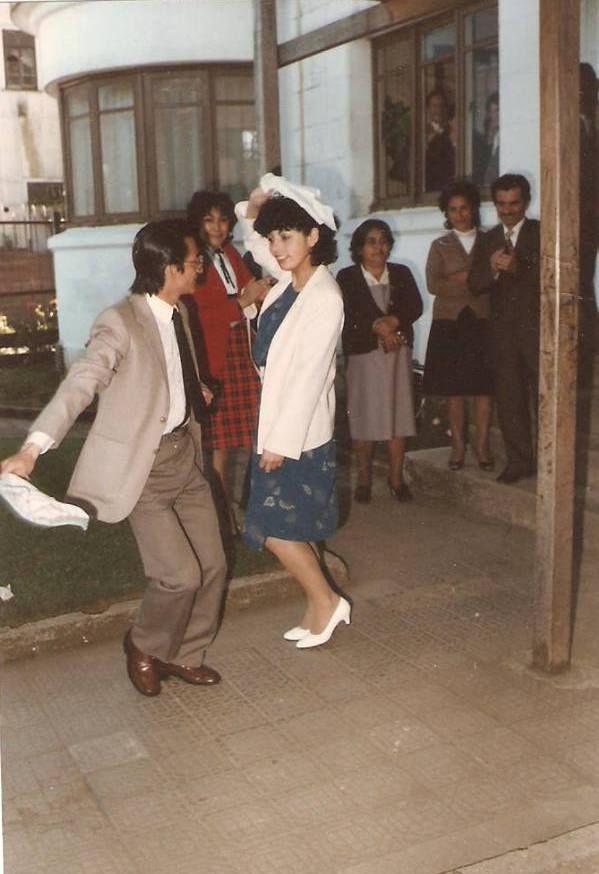 ALFONSO ENRIQUE OVANDO FIGUEROA.  Recién comprometidos ante la ley y lo primero una Cueca en el frontis del Registro Civil en Valdivia. — en Registro Civil de Valdivia. FUENTE https://www.facebook.com/photo.php?fbid=388263161338559&set=a.111216185709926.21522.100004646350311&type=3&theater
