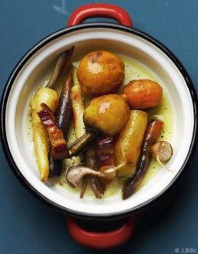 Légumes racines et lardons confits: 1,    5 kg de légumes racines mélangés ( carottes jaunes, carottes violettes, navets jaunes, persil, racines de betteraveorange, cerfeuil tubéreux, panais, topinambours, etc.)     4 gousses d' ail     huile d' olive     400 g de gros lardons      2 verres de bouillon ou d'eau     poivre du moulin     bouquet garni