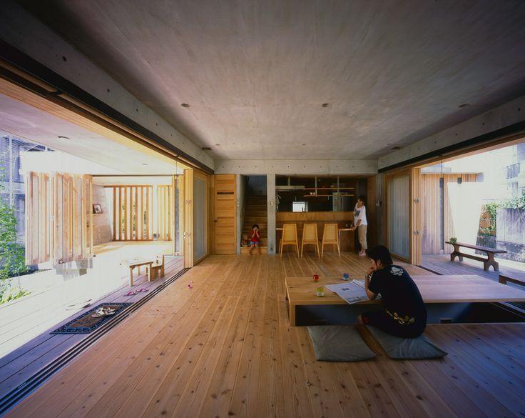L Espace De Vie Est Denue De Murs Et Agremente D Une Baie Vitree Sur L Entiere Longueur De La Piece Inter Architecte Architecture Japonaise Maison Japonaise