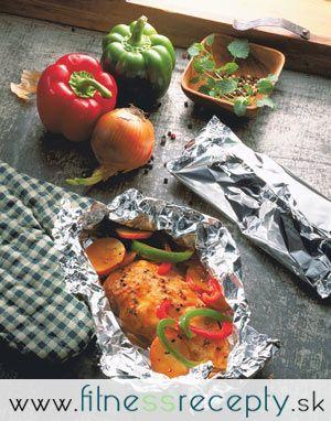 Potrebujeme: 150 g kuracích pŕs soľ, mleté čierne korenie grilovacie korenie šťava z ¼ citróna 1 stredne veľký zemiak ½ menšej bielej cibule ½ zelenej papriky 1 paradajka Postup: 1. Mäso naklepeme, z oboch strán osolíme, okoreníme, posypeme grilovacím korením,…