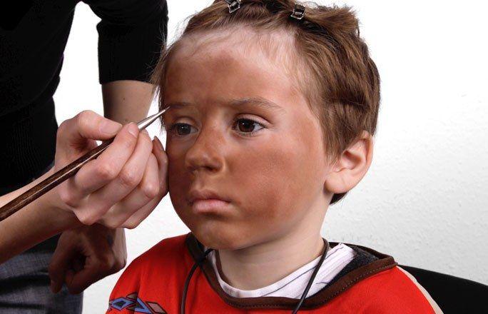 Schritt 2: Markante Augenbrauen - Indianer schminken: Anleitung - Ein dunkler Teint lässt helle Augenbrauen unsichtbar werden. Betonen Sie deshalb die Brauen mit brauner Fettschminke, die Sie am besten mit feinen Pinselstrichen auftragen...