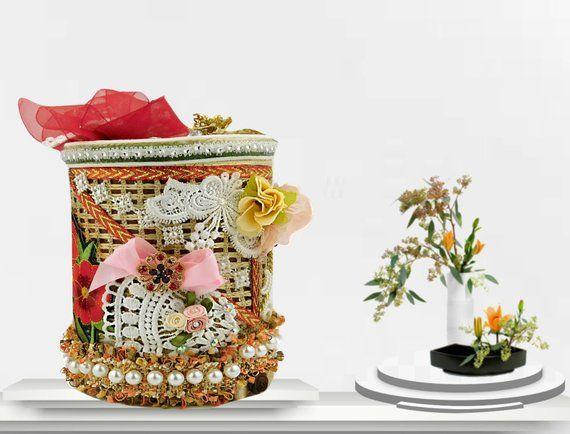 Caja de seguridad hecha a mano. Caja de lujo con rosas rojas bordadas, encaje blanco y broche. Regalo envuelto con etiqueta de evento personalizada, diseño BodoArt   – Handmade gift boxes for kids