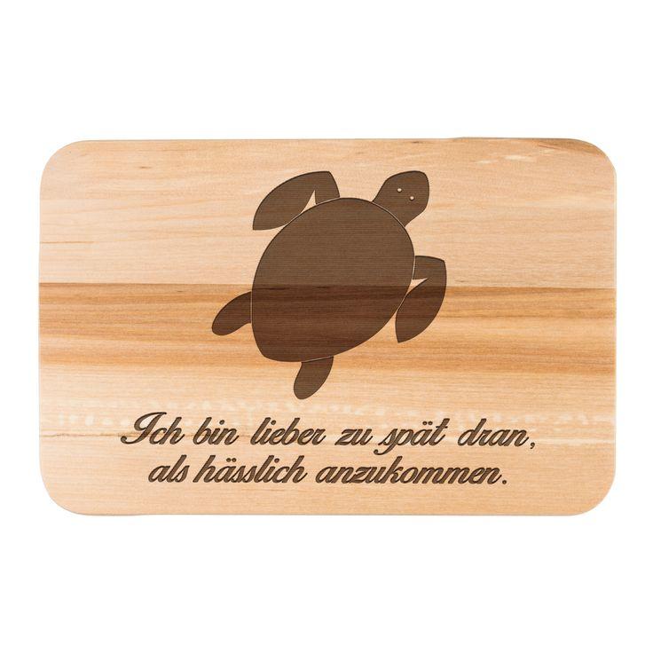 Früchstücksbrett Schildkröte aus Birkenholz  natur - Das Original von Mr. & Mrs. Panda.  Ein wunderschönes Holz Frühstücksbrett von Mr.&Mrs. Panda aus edler und naturbelassener Birke.    Über unser Motiv Schildkröte  Schildkröten gelten als besonders gemütliche Tiere, die schon länger Erdbewohner sind als wir Menschen. Sie können bis zu 100 Jahre alt werden.    Verwendete Materialien  Das wunderschöne Birkenholz von Mr. & Mrs. Panda wird mit Naturöl von uns veredelet und damit…