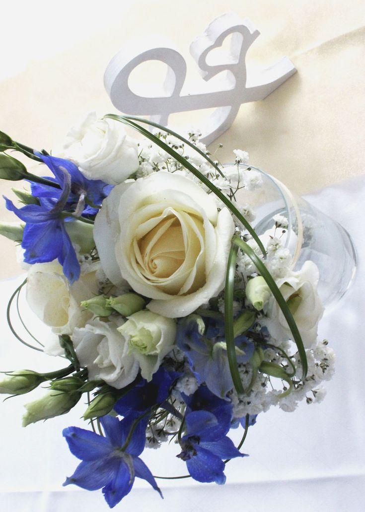 Brautjungfernstrauß mit blauen Akzenten