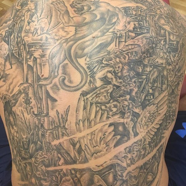 "Working this beautiful back of Shad Burhan is called ""art conservation"" #3dfunktion #fascia #stockholm #shadburhan #pt #leonardosnelleman #moveqacademyeurope #sportperformancecentrerijnmond #rotterdam #art #tattoo"