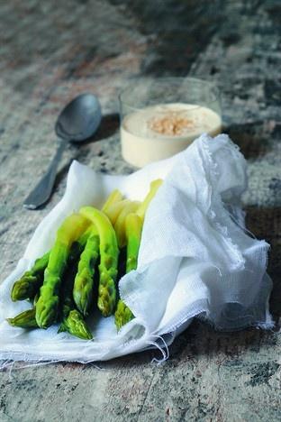 Asperges vapeur, sauce aux amandes - Larousse Cuisine