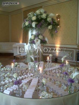 http://www.lemienozze.it/operatori-matrimonio/wedding_planner/agenzia-di-wedding-planner-a-roma/media/foto/7  Alzata di calle e fiori per il tavolo delle nozze