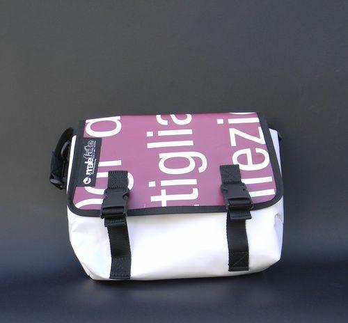 """Borsa a tracolla in PVC riciclato dai teloni pubblicitari e cinture di sicurezza delle auto...per una borsa ogni volta...""""unica"""" Su www.mirabiliashop.com"""