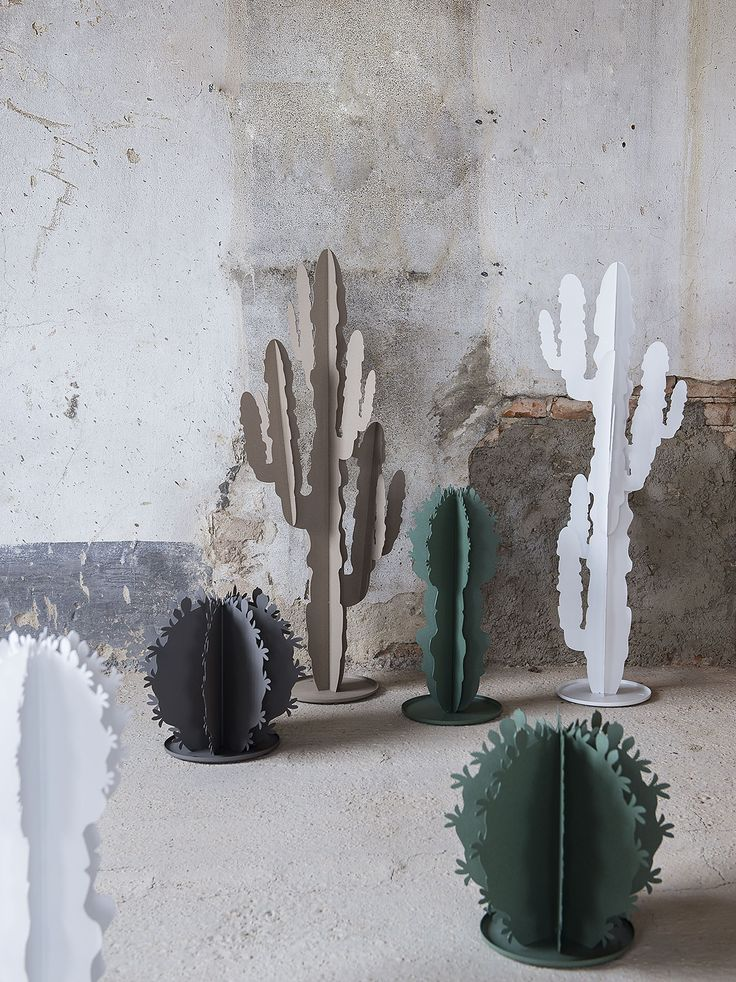Pianta Cactus Appendiabiti Arti e Mestieri, il cui design vede nel Ferro il materiale essenziale, resistente, da plasmare in varie forme e profili sempre nuovi. Complemento d'arredo imperdibile, che racconta, attraverso il vero Made in Italy l'identità dell'azienda in un equilibrato mix di leggerezza e sense of humor.