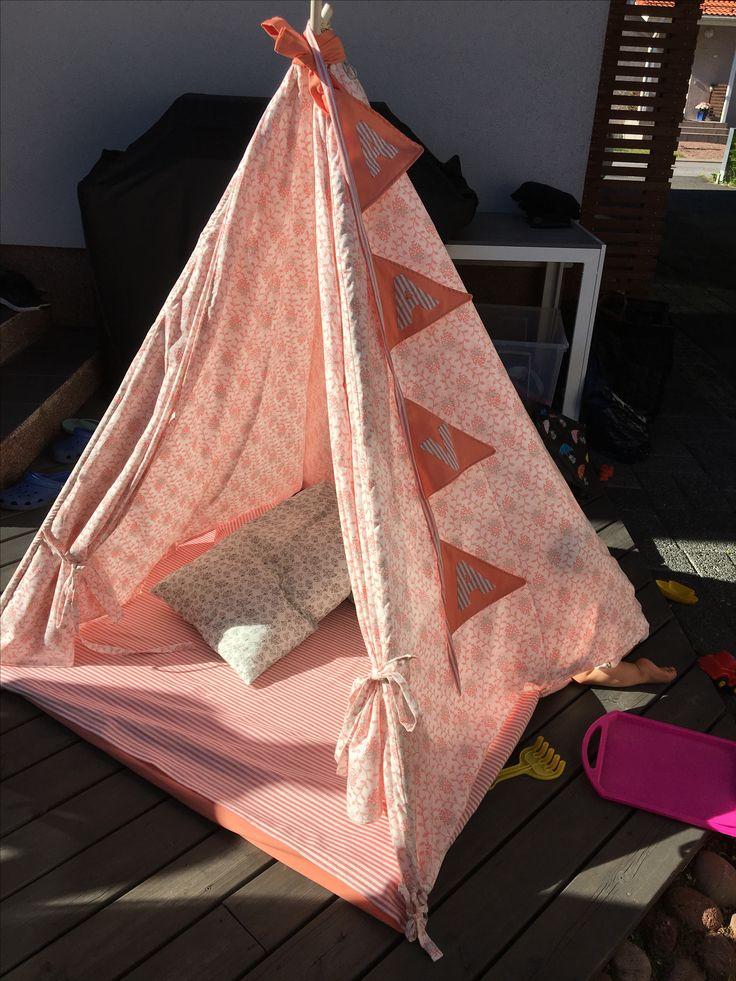 Teltta on pystytetty terassille. Isoäidin lahja 1-vuotiaalle. Onnea Aava💕. 8/2017 Kids teepee tent
