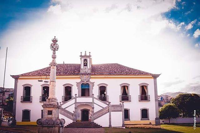 Câmara Municipal de Mariana MG  #exploreminas #photographer #photography #cenasurbanas #canonphotografy #canon #fotografoprofissional #cidadelinda #douglasrosafotografia http://tipsrazzi.com/ipost/1506242154564072786/?code=BTnP0JYgrVS